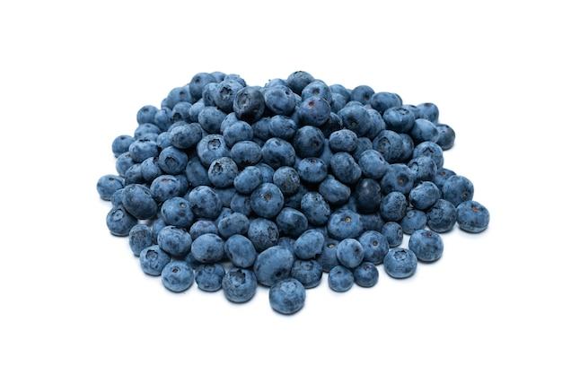 Gruppe von leckeren frischen blaubeeren isoliert auf weißem hintergrund.