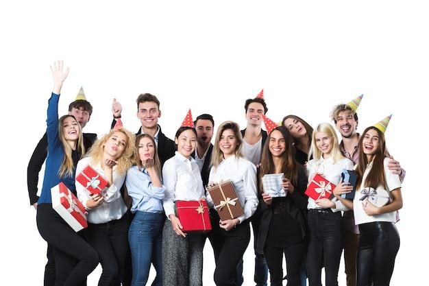 Gruppe von leuten, die eine partei mit geschenkboxen haben. konzept des urlaubs.