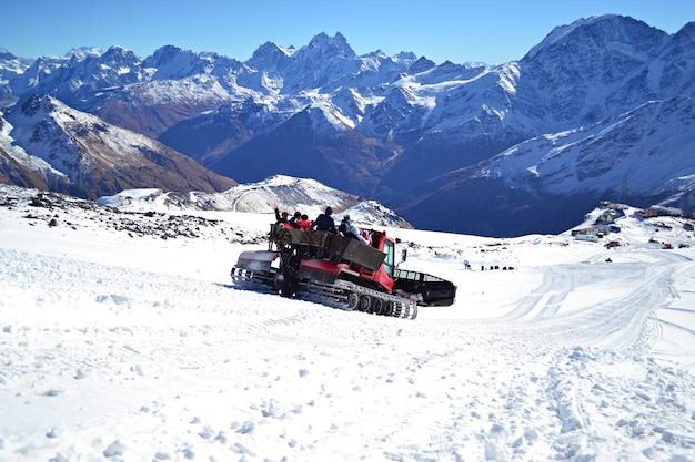 Gruppe von leuten, die in den bergen auf dem retrac reiten
