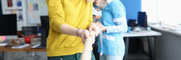 Gruppe von leuten, die seil im büronahaufnahmegeschäftswettbewerbskonzept ziehen