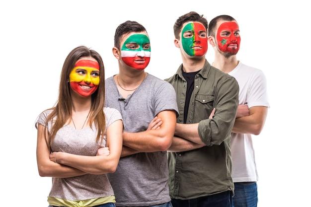 Gruppe von leuten unterstützt fans von nationalmannschaften mit gemaltem flaggengesicht von portugal, spanien, marokko, iran. fans emotionen.