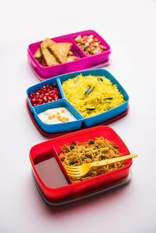 Gruppe von lunchboxen oder tiffin für indische kinder, die vielfalt oder mehrere optionen oder kombinationen von gesundem essen für ihre schulkinder zeigen