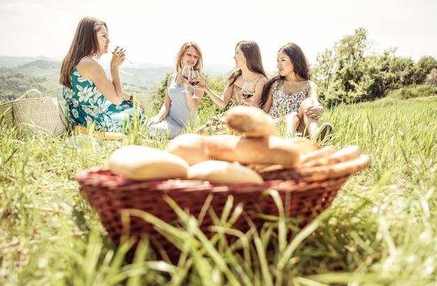 Gruppe von mädchen, die am wochenende picknick machen