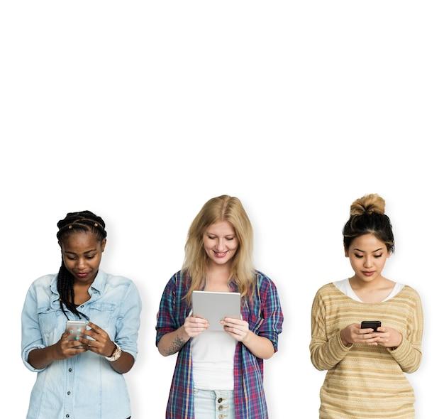 Gruppe von mädchen mit technologie-gadgets