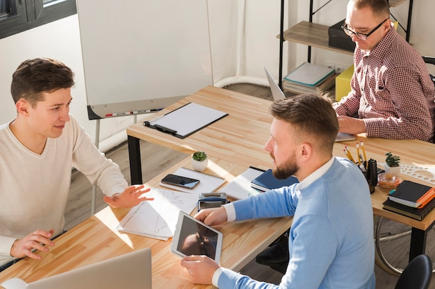 Gruppe von männern, die zusammen im büro arbeiten