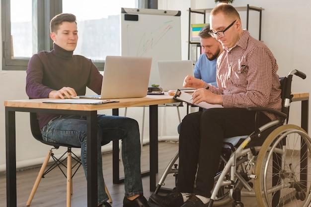 Gruppe von männern, die zusammen im büro arbeiten Kostenlose Fotos