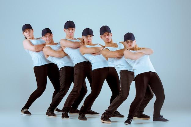 Gruppe von männern und frauen, die hip-hop-choreografie tanzen