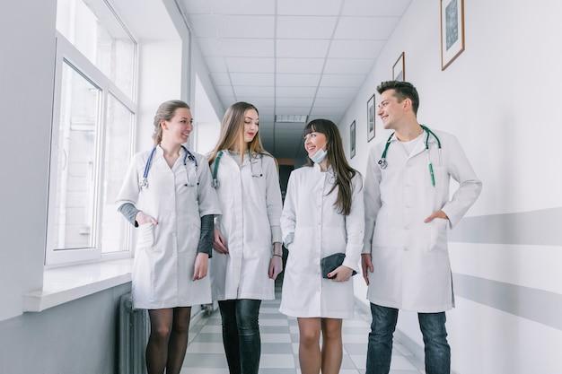 Gruppe von medizinern im krankenhaus