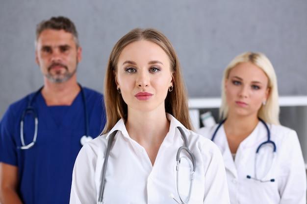 Gruppe von medizinern posiert stolz in reihe und