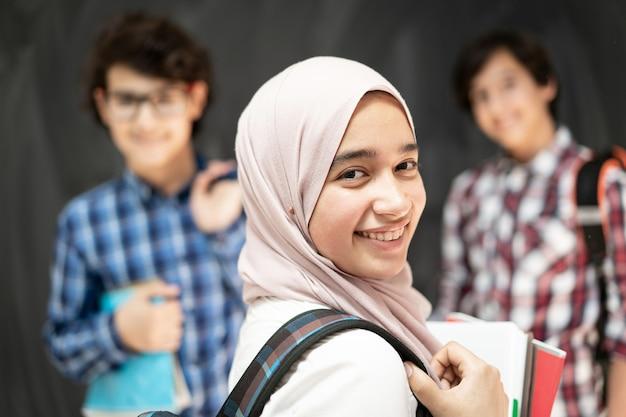 Gruppe von mehreren ethnischen kindern im klassenzimmer