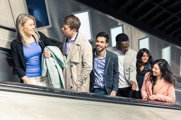 Gruppe von menschen auf der rolltreppe