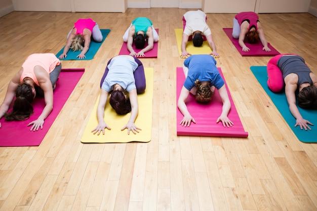 Gruppe von menschen childs darstellen yoga-übung durchführen