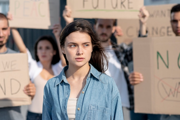 Gruppe von menschen, die für den frieden demonstrieren