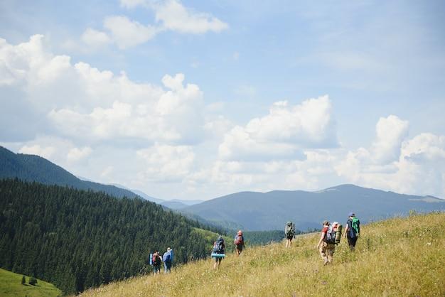 Gruppe von menschen, die in den bergen wandern