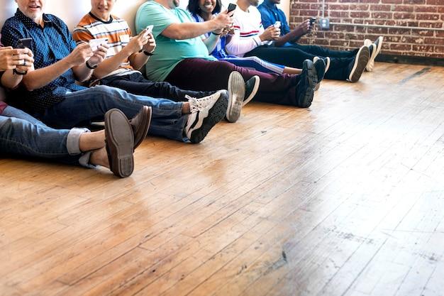 Gruppe von menschen, die mobiltelefone verwenden