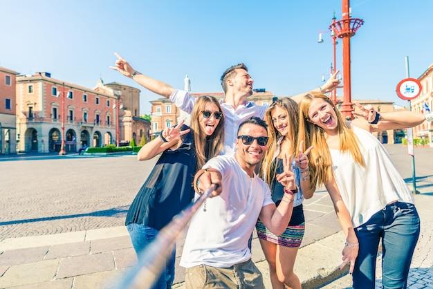 Gruppe von menschen, die selfie machen
