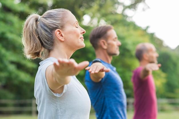 Gruppe von menschen, die yoga machen