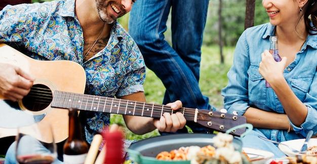 Gruppe von menschen, die zusammen die musik genießen