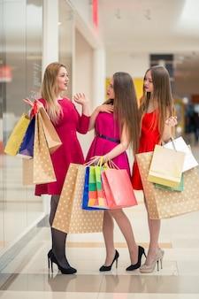 Gruppe von menschen einkaufen
