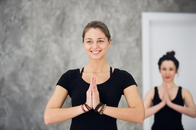 Gruppe von menschen in einer yoga-klasse, die sehr glücklich aussehen