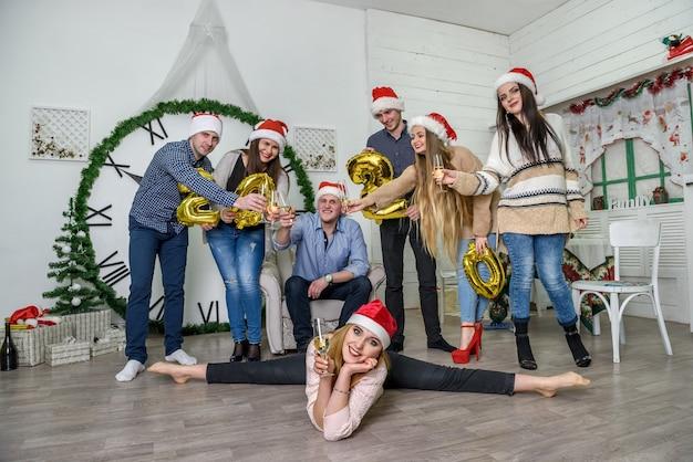 Gruppe von menschen in pullovern, die neujahr feiern