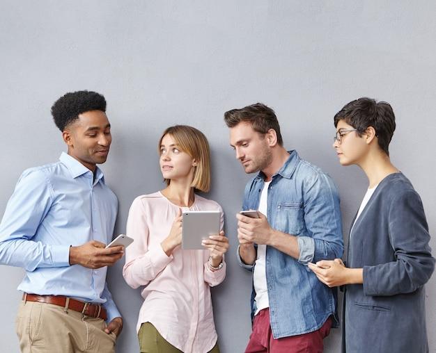 Gruppe von menschen mit smartphones und tablets