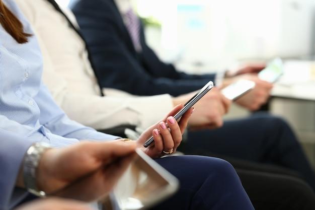 Gruppe von menschen mit smartphones