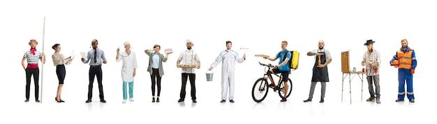 Gruppe von menschen mit verschiedenen berufen an weißer studiowand