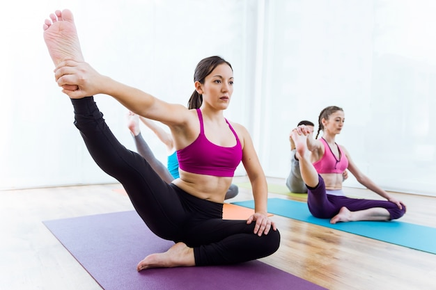 Gruppe von menschen praktizieren yoga zu hause.