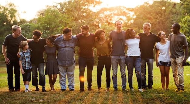 Gruppe von menschen unterstützen einheit arm herum zusammen