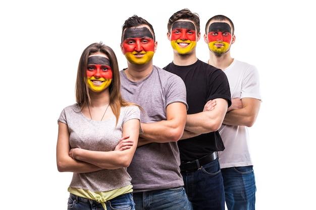 Gruppe von menschen unterstützer fans der deutschen nationalmannschaften mit gemalter flagge gesicht hand in hand zusammen. fans emotionen.
