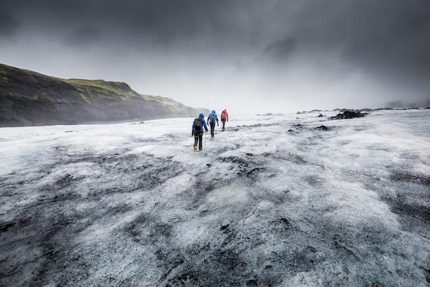 Gruppe von menschen wandern auf dem gletscher wandern menschen