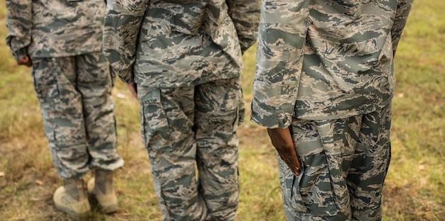 Gruppe von militärsoldaten, die in der schlange stehen