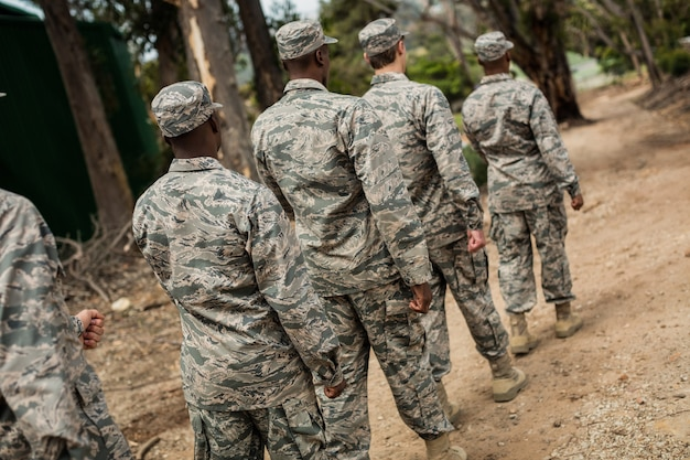 Gruppe von militärsoldaten in einer trainingseinheit