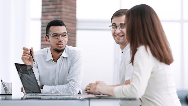 Gruppe von mitarbeitern, die bei einem arbeitstreffen über neue ideen diskutieren