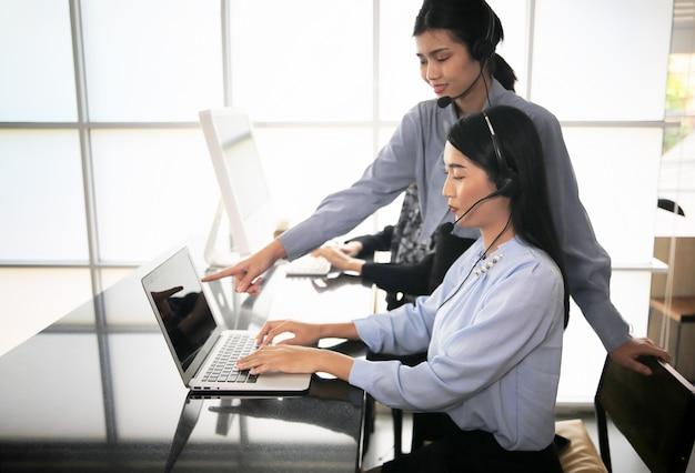 Gruppe von mitarbeitern neue online-geschäftsverkaufsteams und callcenter unterstützen den kunden dabei, eine lösung für geschäfts- und beratungskunden zu finden