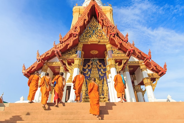 Gruppe von mönchen gehen bis zum tempel