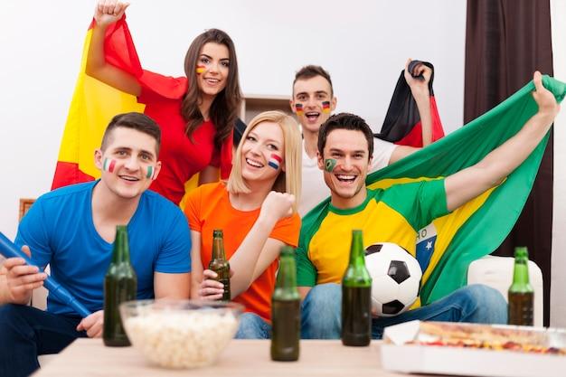 Gruppe von multinationalen fußballfans jubeln