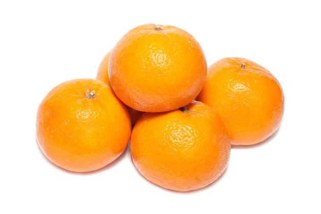 Gruppe von orange mandarinen isoliert auf weiß.