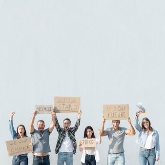 Gruppe von personen, die am protest demonstriert