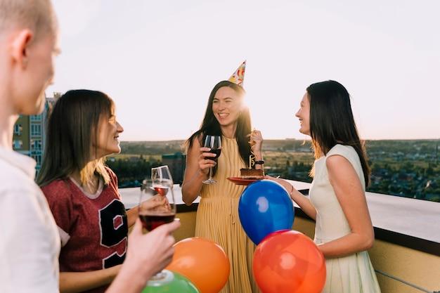 Gruppe von personen, die auf der dachspitze feiert