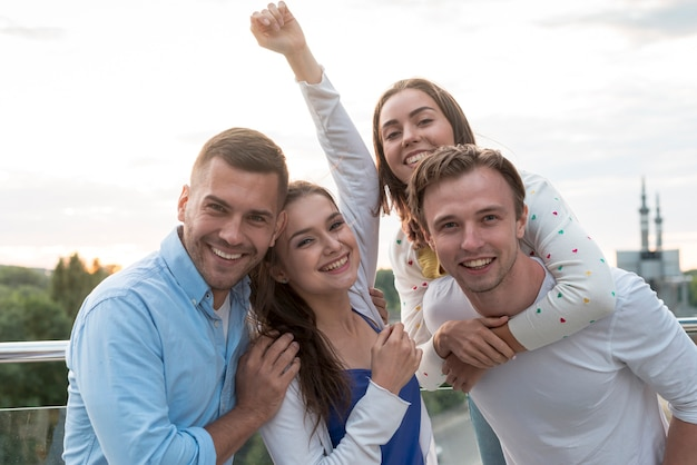 Gruppe von personen, die auf einer terrasse aufwirft
