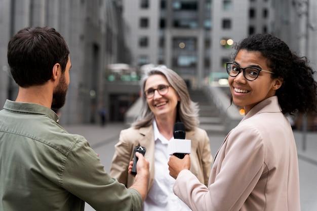 Gruppe von personen, die ein journalistisches interview führen