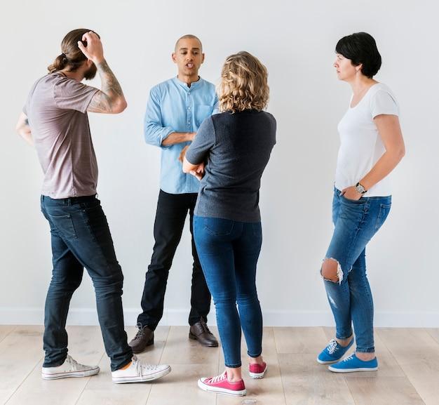 Gruppe von personen, die eine diskussion haben