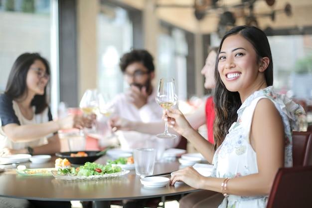 Gruppe von personen, die im restaurant ein mittagessen genießt