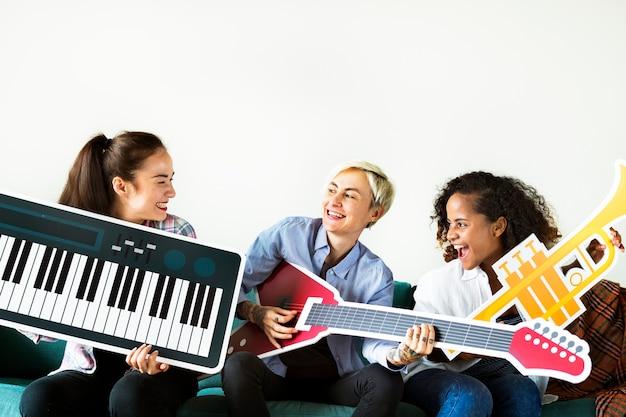 Gruppe von personen, die musikikonen genießt