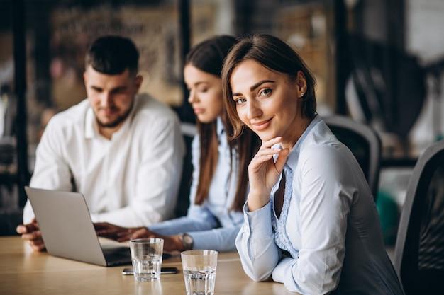Gruppe von personen, die unternehmensplan in einem büro ausarbeitet