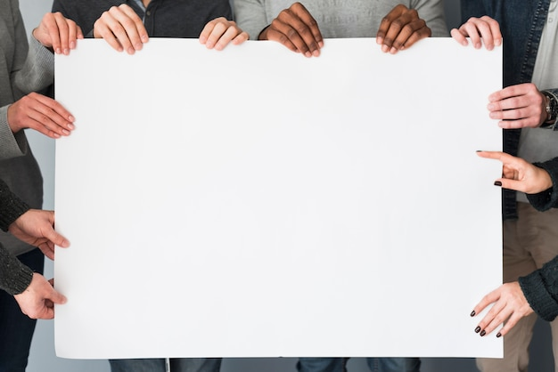 Gruppe von personen, die vorlage des leeren papiers hält