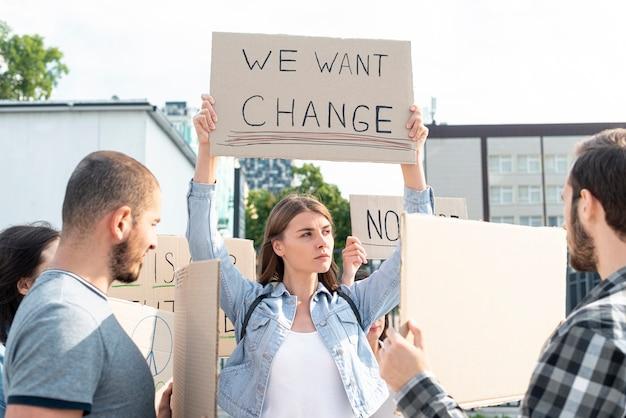 Gruppe von personen, die zusammen demonstriert