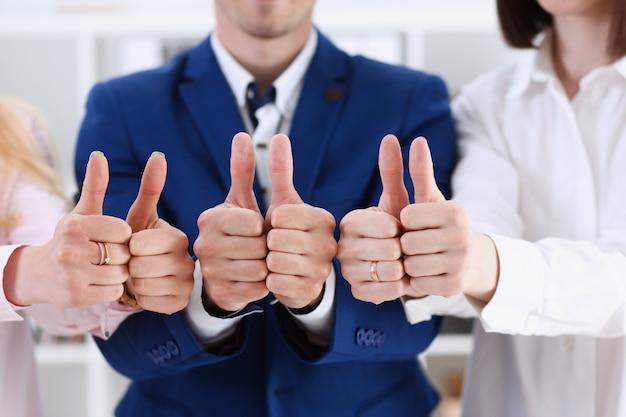 Gruppe von personen zeigen ok oder zustimmung